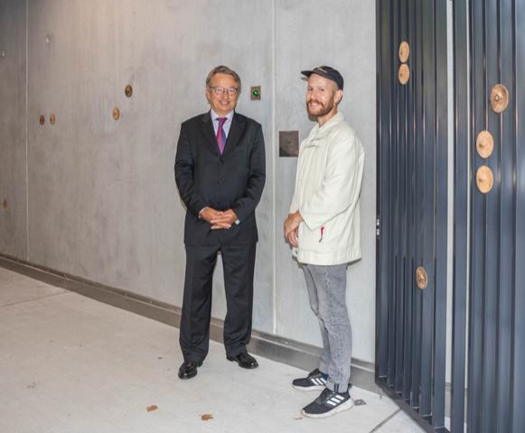 Arnaud de Jamblinne, directeur général de La Foncière et Paolo Wirz, artiste diplômé de la HEAD